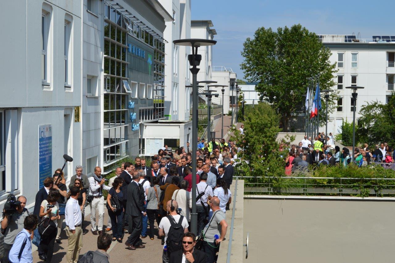 Bernard Cazeneuve, Ministre de l'Intérieur : « C'est une belle idée de la République qui se vit ici à Val-de-Reuil » (France 3)