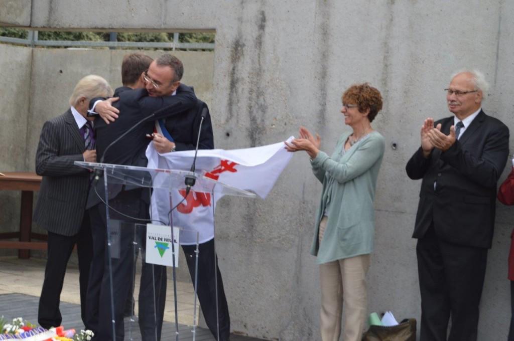 Leszek Tabor, maire de Sztum, qui offre à la Ville le drapeau de Solidarnosc