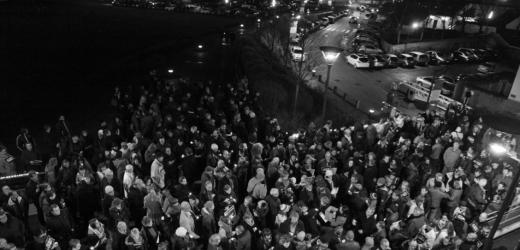 """""""Je suis Charlie"""" : très nombreux rassemblés devant la mairie pour hommage aux journalistes et aux policiers victimes"""