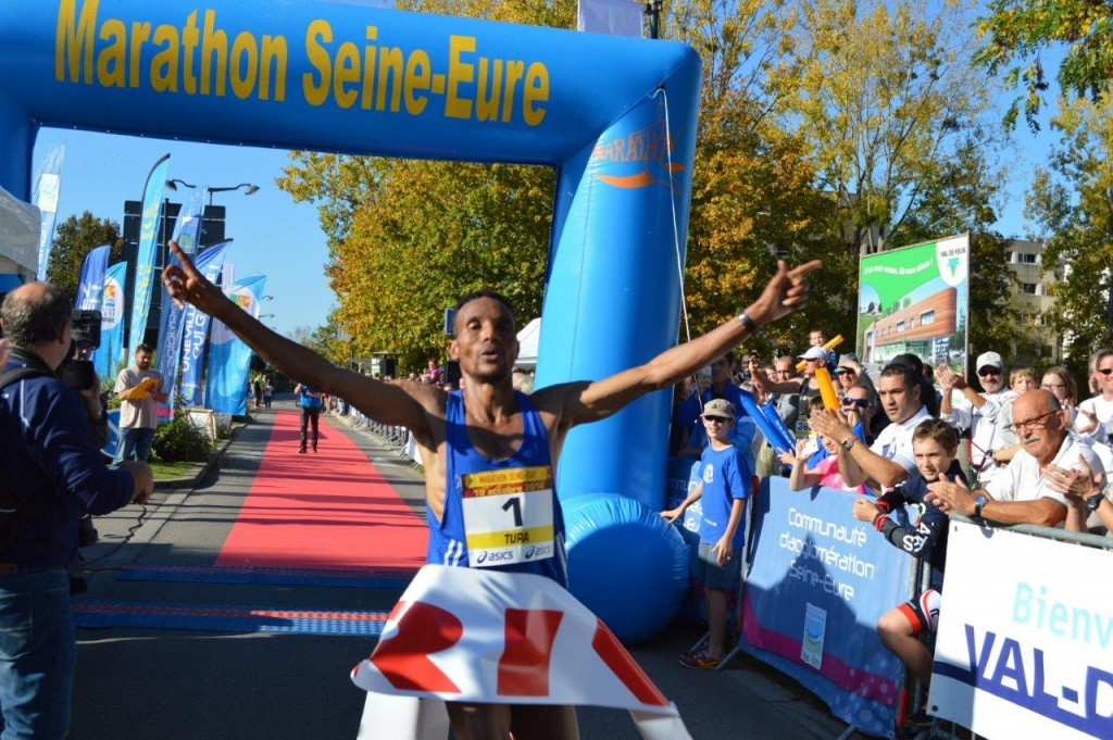 """Le vainqueur du marathon 2015 : l'Ethiopien Tura Bechere en 2h 19'38"""""""