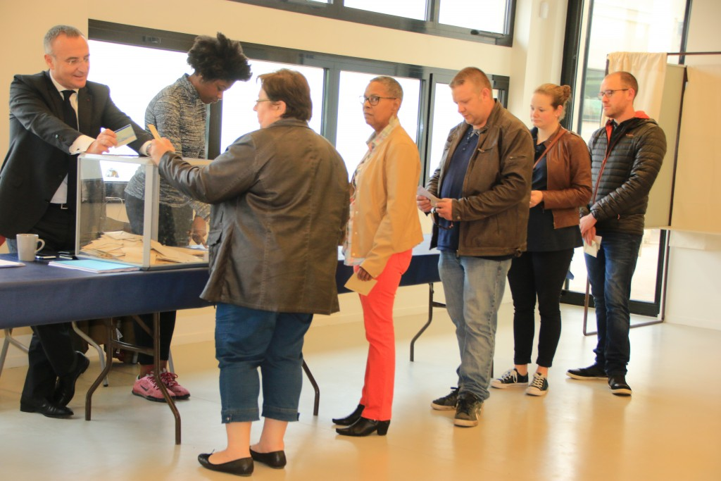 Le Maire Marc-Antoine Jamet préside un bureau de vote