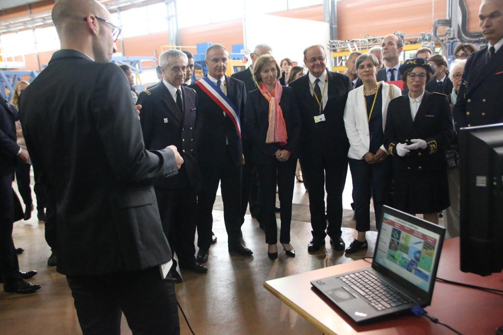 Florence Parly et les élus assistent à une démonstration de la technicité des chercheurs et ingénieurs du site