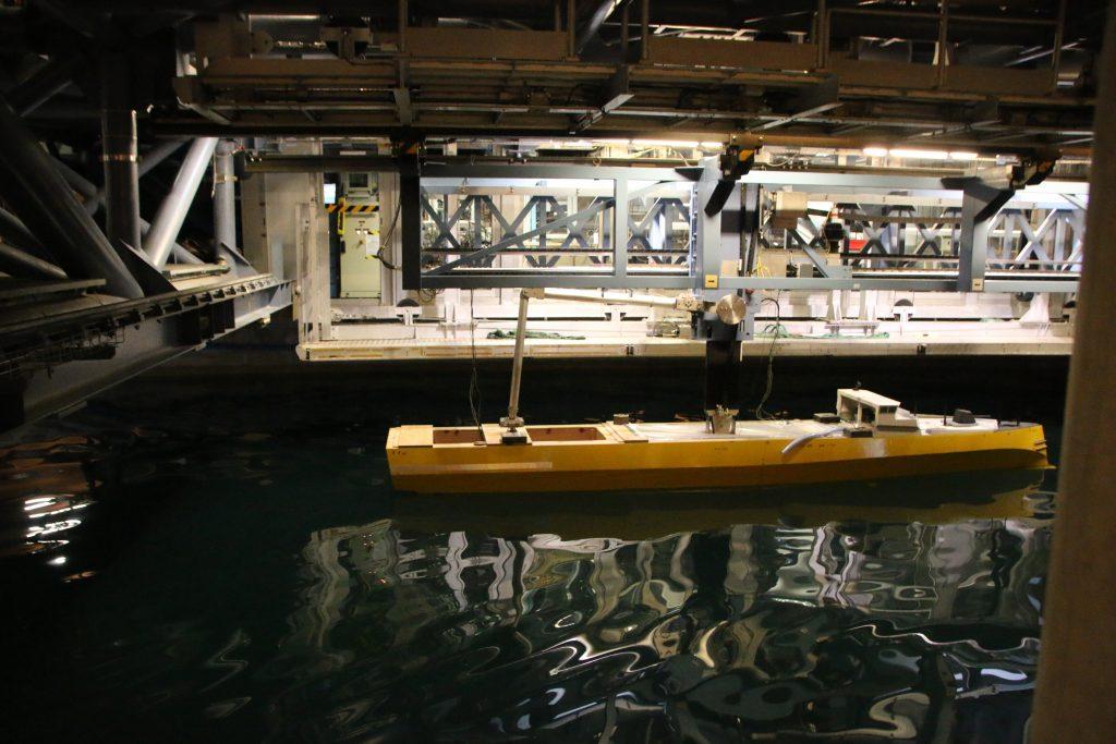 un bassin d'essai de 600 m de long a été aménagé sur le site. On y génère des vagues afin de tester les comportements des bateaux face à la houle