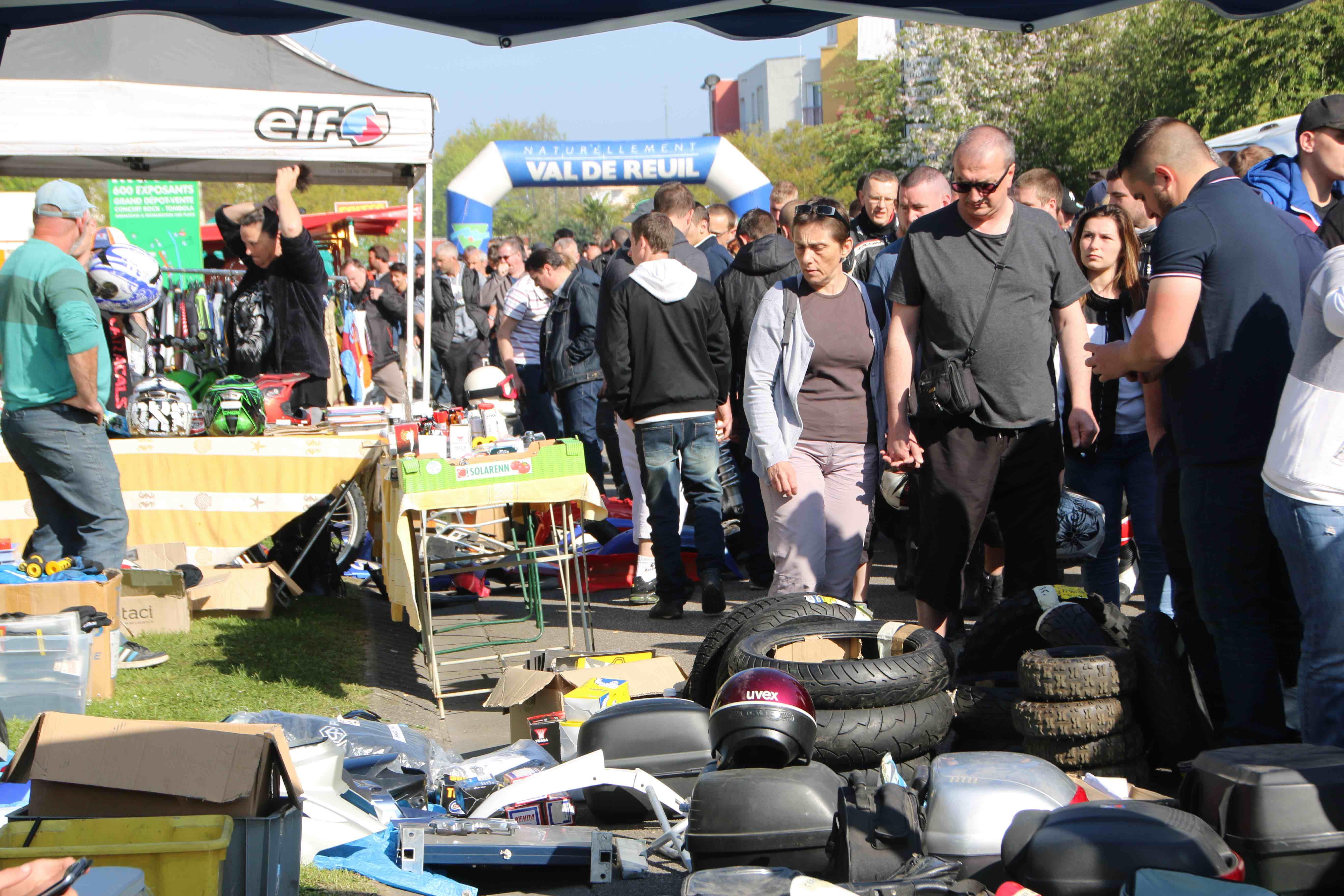 les plus grandes puces motos gratuites de France : 600 exposants au total (venus de tout l'hexagone) répartis sur 4 km de voirie