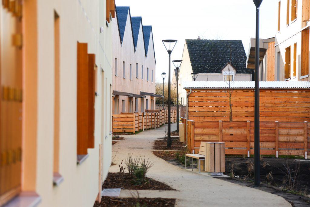 Avec l'éco-village des Noés, SILOGE a en effet souhaité proposer un nouveau mode d'habiter à ses clients : respectueux, économe et solidaire ; mais aussi une nouvelle façon de construire, en impliquant des partenaires innovants et des équipes pluridisciplinaires