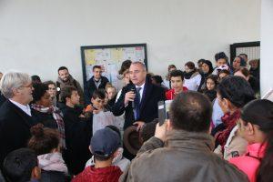 Marc Antoine Jamet essaie de convaincre les manifestants de laisser entrer l'inspecteur