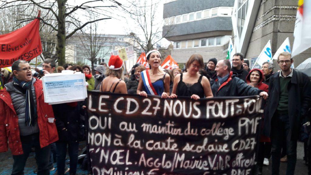 """Derrière le slogan """"Le CD 27 nous fout à poils"""", des opposants ont manifesté en nuisettes et torse nu"""