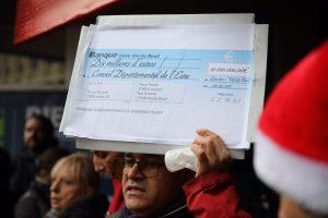 Symboliquement, les manifestants ont brandi le chèque de 10 millions d'euros issu de la proposition de l'agglo