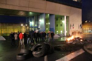 70 surveillants bloquent l'accès au centre de détention depuis lundi