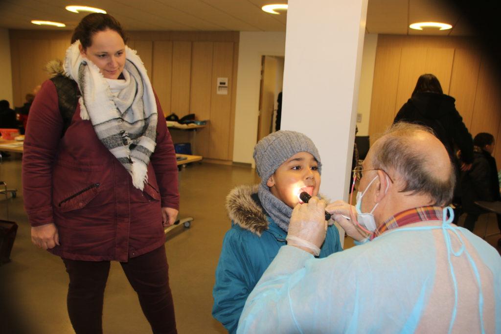 Dépistage dentaire pour Djewell accompagné de sa maman Coralie
