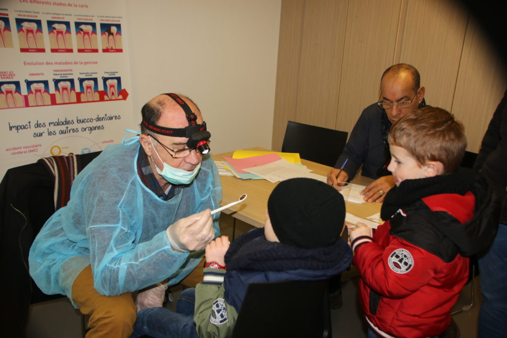 Belaïd Bekkouche, responsable du Pôle socio-éducatif du CCAS, enregistre les enfants avant leur passage avec le dentiste