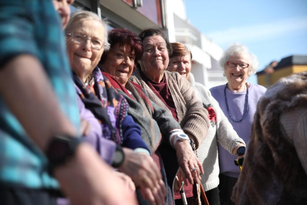 Les 10 résidents arborent fièrement leur montre connectée