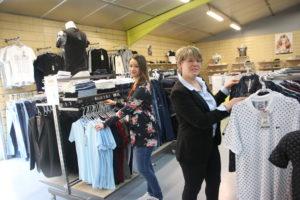 Christelle Choquené et sa vendeuse, Laurie, accueillent leurs nouveaux clients à 27 Forever