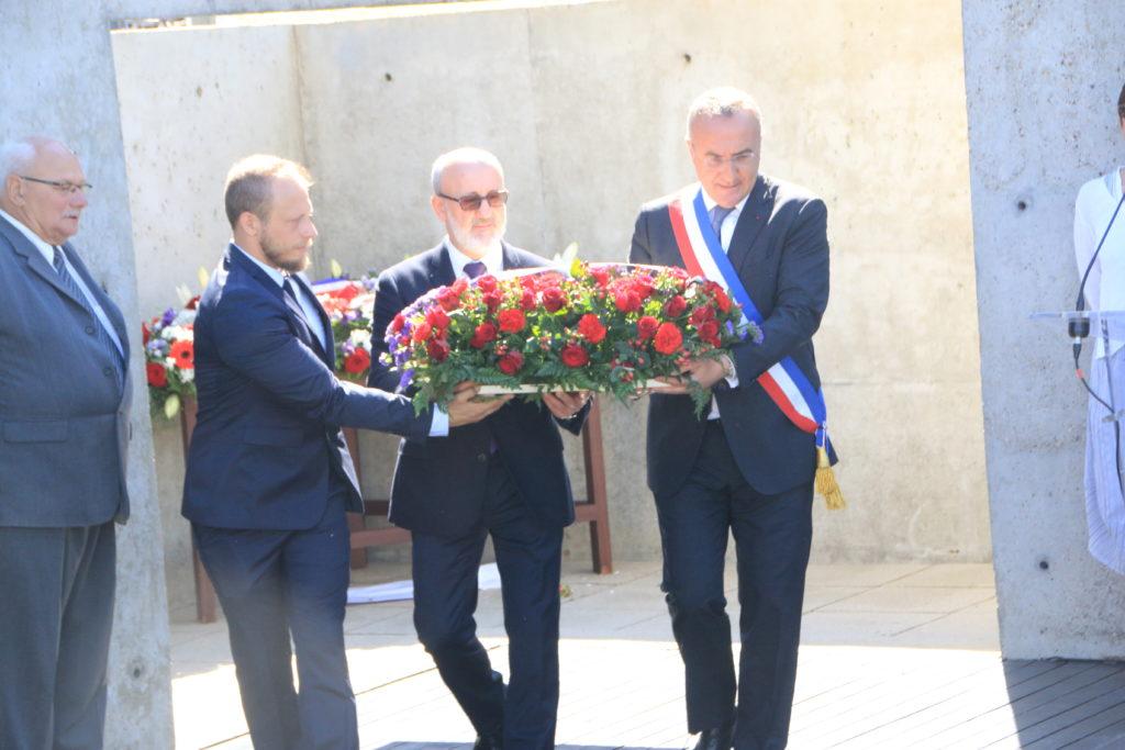 Dimitri Plakhotnyuk (au centre) assistait à la cérémonie