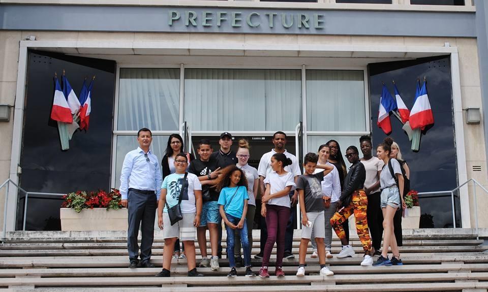 7 des 14 jeunes inscrits dans le programme autour de la paix sont Rolivalois (ici à la Préfecture)