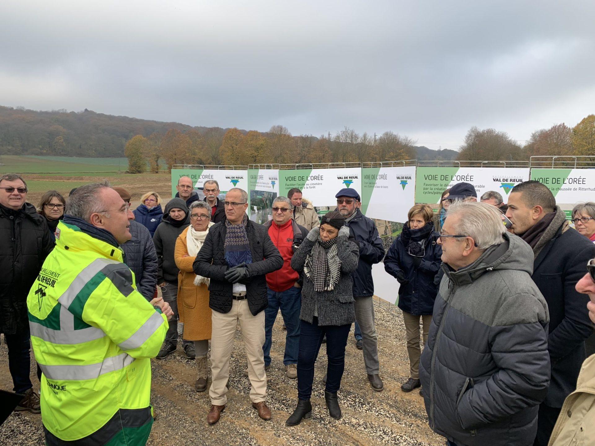 Une cinquantaine d'habitants sont venus à la rencontre de Marc-Antoine Jamet samedi matin sur le chantier de la voie de l'Orée