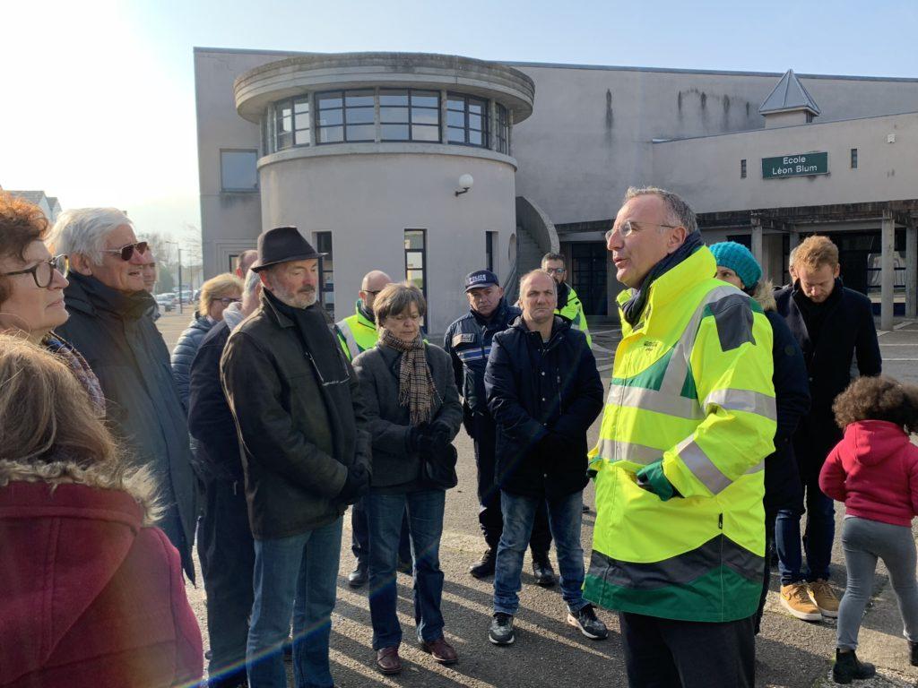 Une vingtaine d'habitants sont venus à la rencontre du maire samedi matin devant l'école Léon Blum