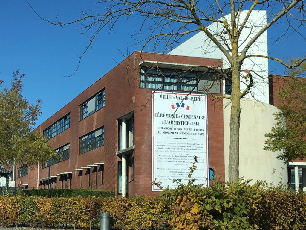 La façade du lycée Marc Bloch se met aux couleurs du Centenaire