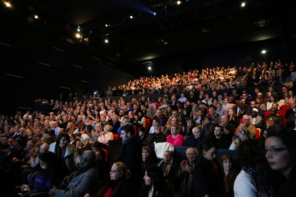 900 personnes rassemblées dans la salle de théâtre