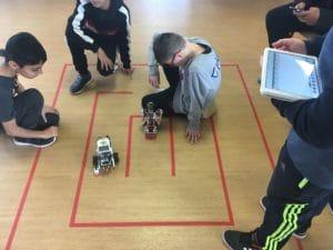 Les enfants apprennent les rudiments de la programmation robotique