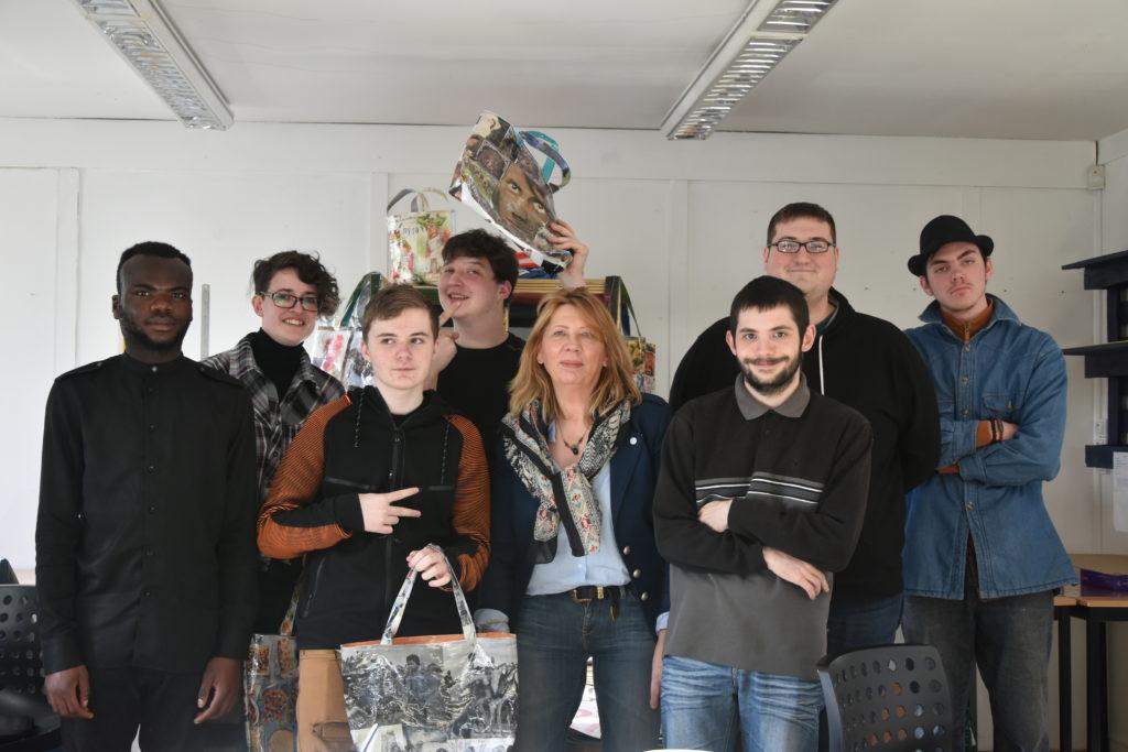 Béatrice Courbois entourée de quelques jeunes participant au projet