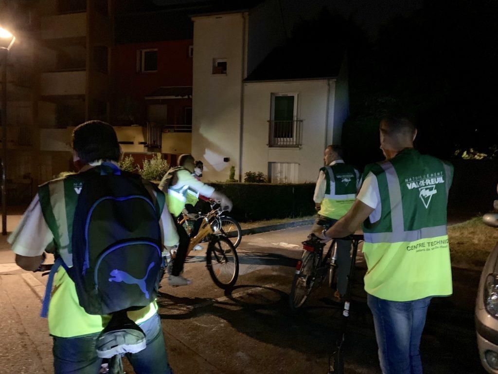 23h00 – Une dizaine d'élus et d'agents, autour du maire, quittent la mairie à vélo pour une longue nuit de veille. Pas un quartier ne devra être oublié.