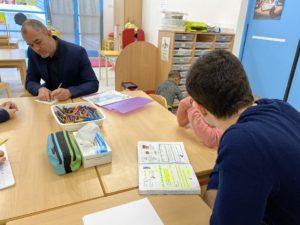 Les enfants sont pris en charge par des enseignants sur le temps scolaire