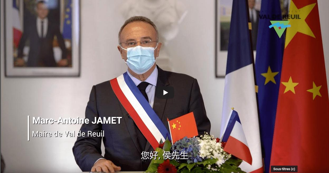 Val-de-Reuil remercie M. Hou, Président de Proya, qui lui a donné 100 000 masques au cœur de l'épidémie