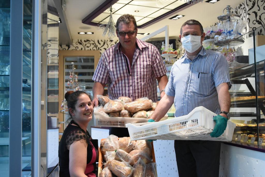 Dominique Lego, adjoint au maire, récupère chaque soir, les pains spéciaux pour les apporter aux seniors de l'Espages