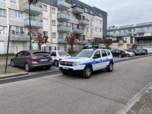 A pied ou en voiture,, les agents tentent de sillonner au mieux le vaste territoire de Val-de-Reuil.