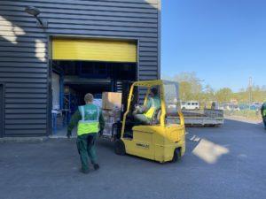 Les services techniques assurent l'acheminement des solutions de gel hydroalcoolique
