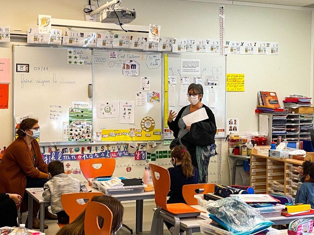 Une infirmière apprend aux écoliers de Louise Michel à bien porter le masque
