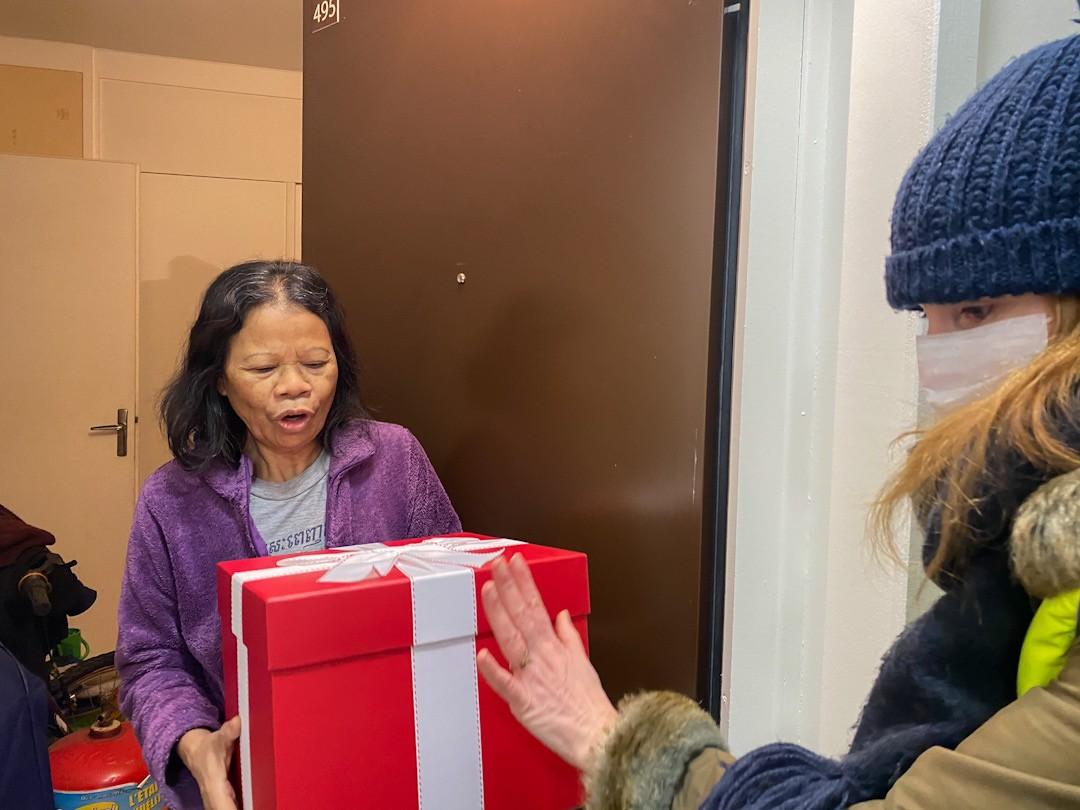 Les lutins municipaux distribuent les colis de Noël aux séniors