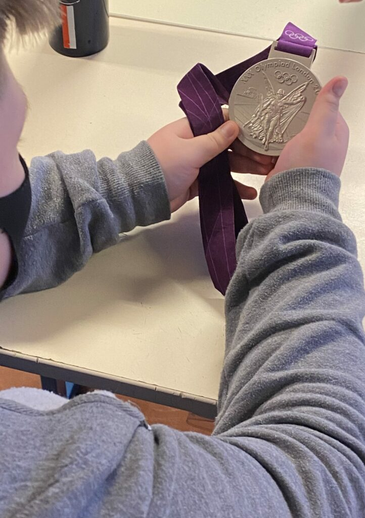 La médaille olympique de l'athlète a fait le tour de la classe