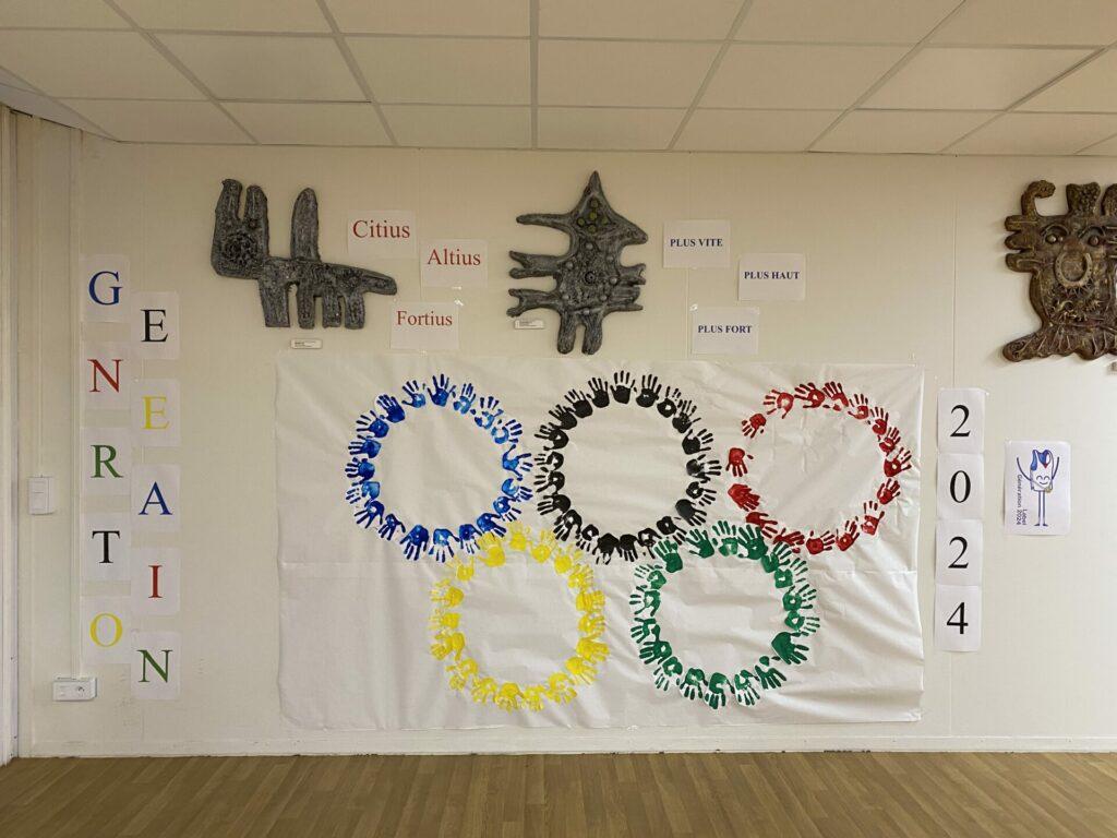 Pour préparer cette Semaine, les élèves ont réalisé une fresque aux couleurs des Jeux Olympiques